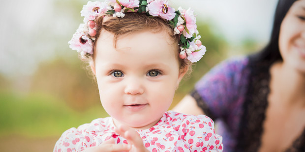 baby-flowers-mother-cute-smile-girl-tanja-vashchuk-shutterstock-nomes-biblicos-filhos-blog-materno