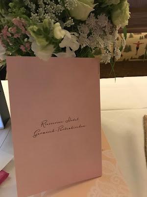 Menükarten die Kartenmacherei, London meets Garmisch-Partenkirchen, Sommerhochzeit im Vintage-Look in Bayern mit internationalen Hochzeitsgästen, Riessersee Hotel, Hochzeitsplanerin Uschi Glas