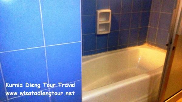 bathup kamar mandi family room di hotel dqiano dieng