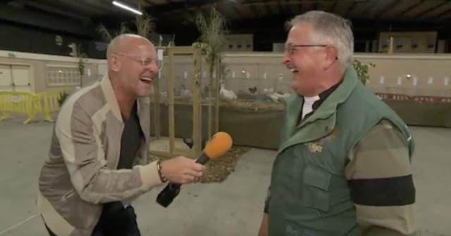 Un granjero holandés que se rie igual que sus gallinas