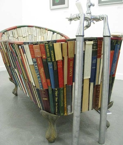 30. Buku jadi bak mandi.