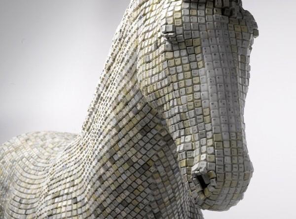 Escultura de caballo con teclas de computadora.