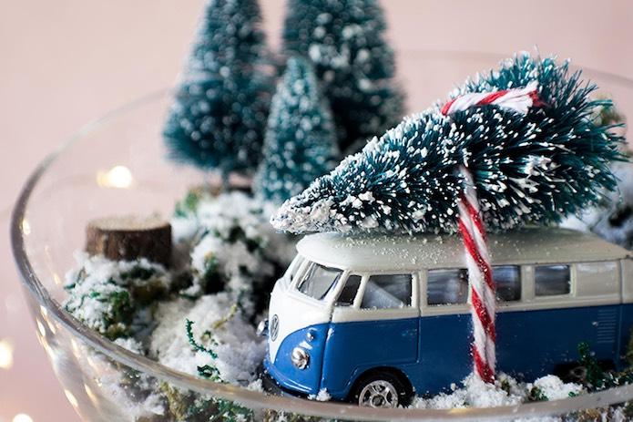 furgoneta volkswagen en un bol de cristal como adorno navideño