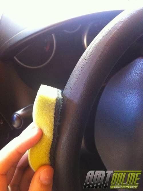 Foto de close do lixamento do volante, as imperfeições saem, mas fica o material áspero, sem brilho.