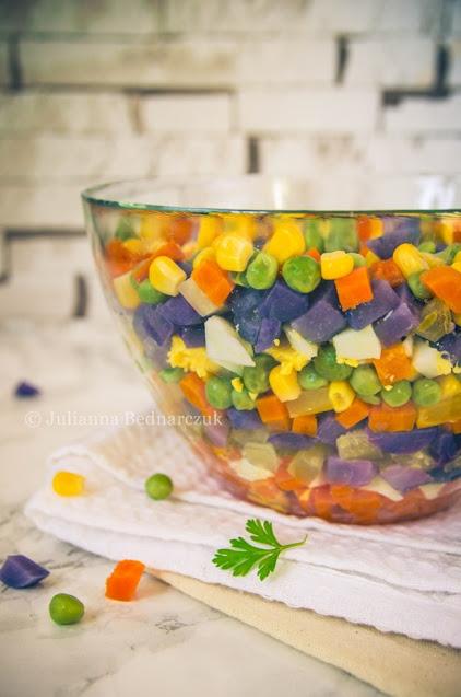 Sałatka jarzynowa z fioletowymi ziemniakami