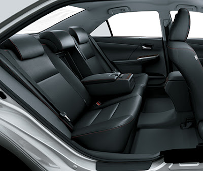 Chỉ có Toyota Camry 2.5Q có bảng điều khiển hàng ghế sau