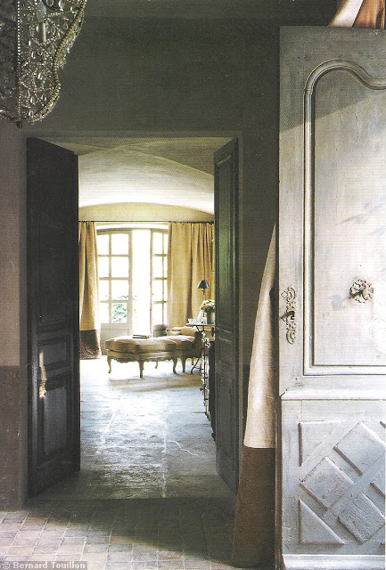 entry - image by Bernard Touillon via cotemaison fr,  Août-Septembre 2005, Maison Famille, La Nouvel Le Vie d Un Mas En Provence as seen on linenandlavender.net - http://www.linenandlavender.net/2014/01/backtoprovence.html
