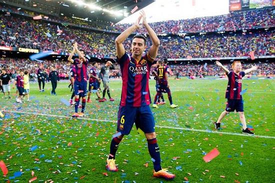 Cùng đồng đội ăn mừng sau khi trận đấu kết thúc