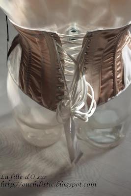 La fille d'O réinvente le corset!