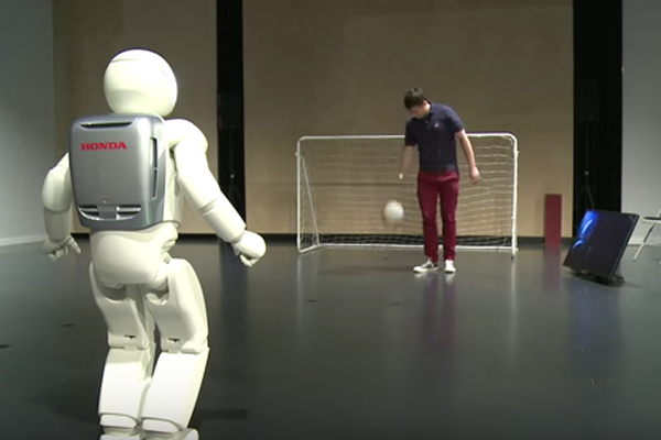 Asimo Robot buatan Honda ketika bermain bola