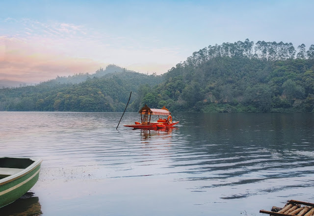 Munnar - Boating in the tranquility of the Kundala Dam