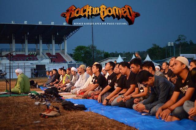 ALLAHUAKBAR!! Puluhan Penggemar Musik Metal ini Sholat Maghrib Ditengah Konser
