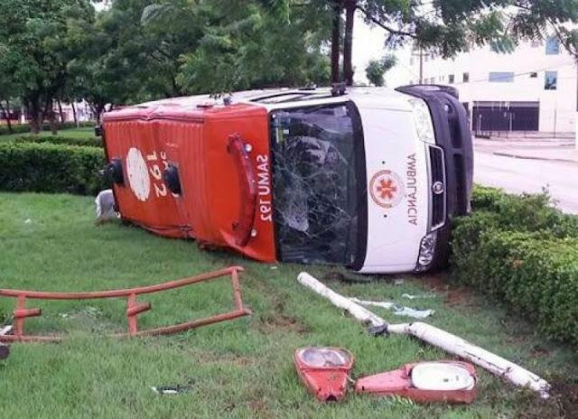 Carro bate em ambulância do SAMU de Rio Crespo e deixa cinco feridos, em Porto Velho