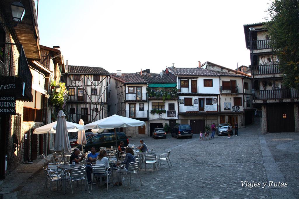 animada plaza de Mogarraz