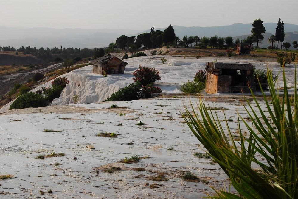 la nécropole s'étend au nord de la ville. Plus de 1200 tombes y ont été trouvées, en faisant une des plus vastes villes des morts de l'Antiquité !