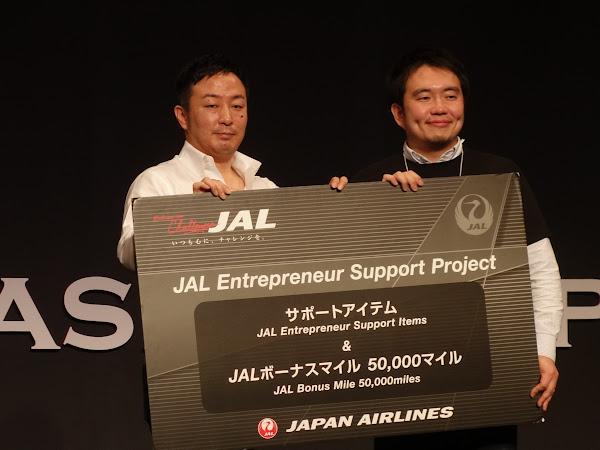B Dash Ventures社長渡邊洋行頒發獎牌給予優勝團隊SmartHR