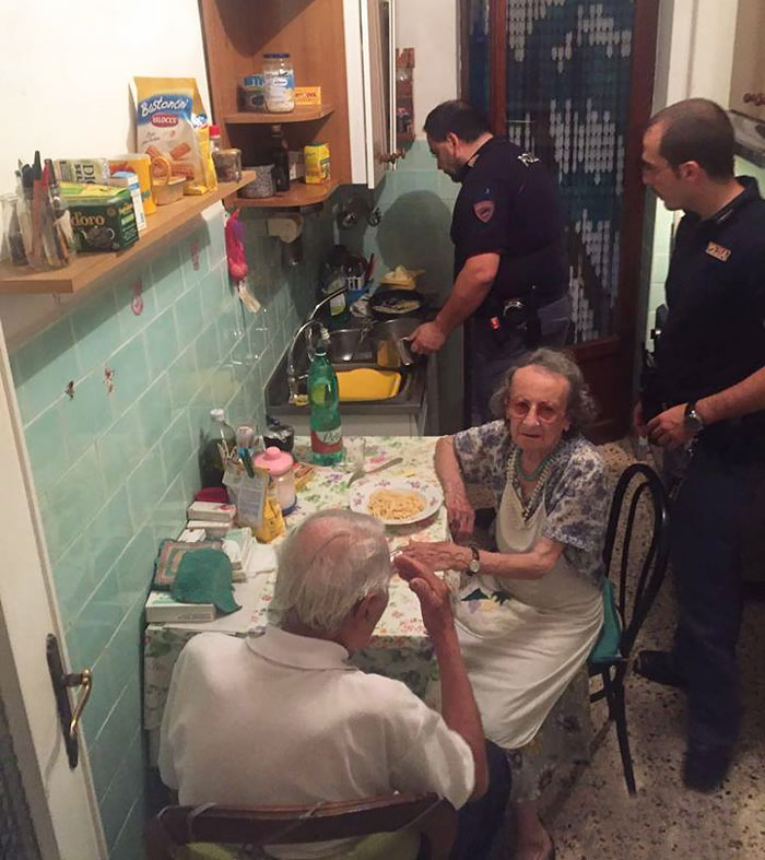 40 Times 2016 Restored Our Faith In Humanity - After Police Found Elderly Couple Crying, They Cooked Them Pasta And Stayed For A Chat