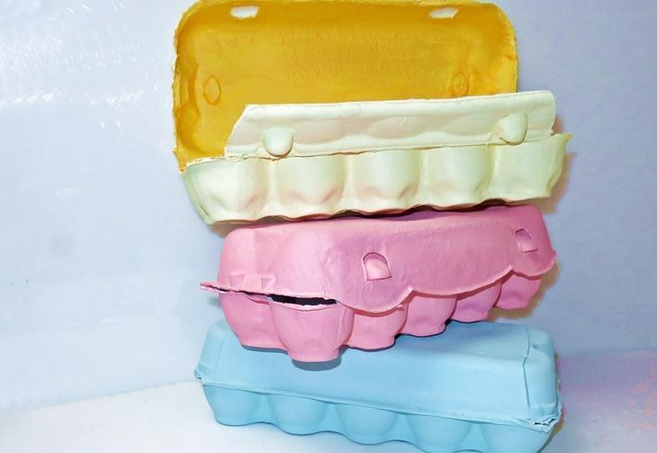 drei pastellfarben bemalte Eierkartons
