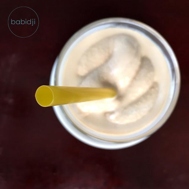Une paille vue de dessus plantée dans un café frappé glacé nestlé