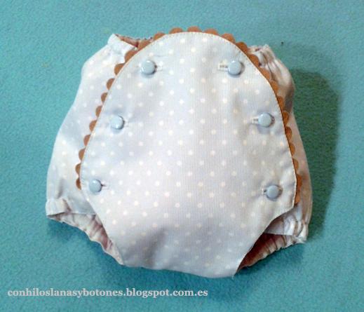 Ranita o cubrepañal de bebé azul con topitos blancos