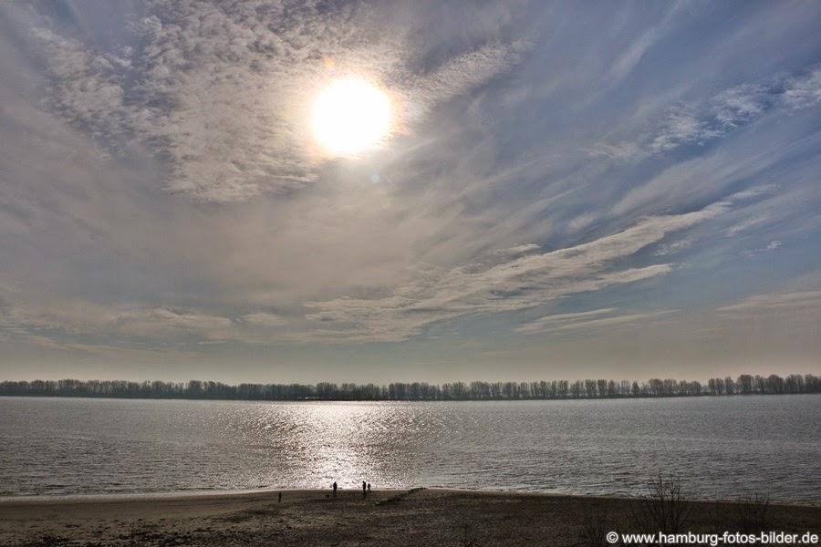 Blick vom Wanderweg auf Elbe und Strand bei schönem Sonnenschein