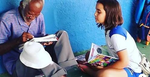 No Ceará, criança ensina vendedor de picolé a ler e a escrever em chão de pátio
