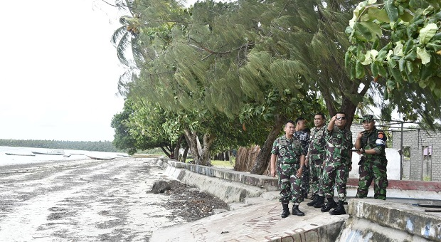 Tinjau Lokasi Penerjunan di Pulau Selaru