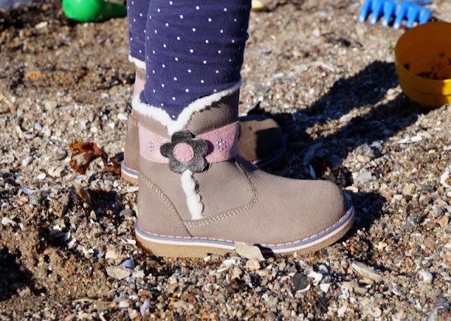 Spielen am Strand in neuen Herbst- und Winterschuhen (+ Verlosung). Hier zeige ich Euch z.B. süße Mädchenboots mit Blumen-Applikation, praktischem Reißverschluss und gerade genug Glitzer.