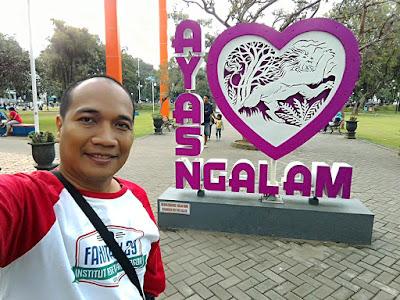 Selfie di alun-alun Kota Malang
