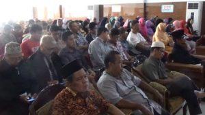 Para peserta tampak serius menyimak materi seminar