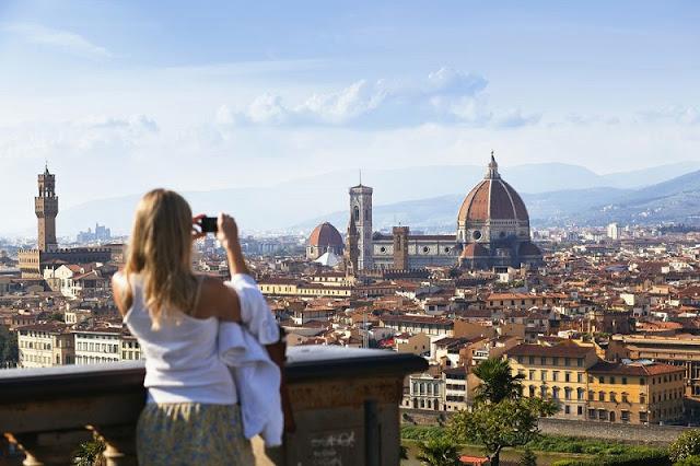 Mulher tirando foto na Piazzale Michelangelo em Florença