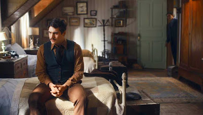 Alfredo (Nicolas Prattes) se recusa a participar do velório de Júlio (Antonio Calloni) — Foto: Globo
