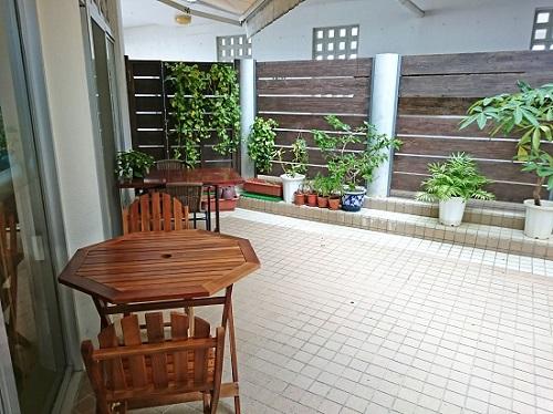 沖縄市山内のそばやさん はま家のテラス席の写真