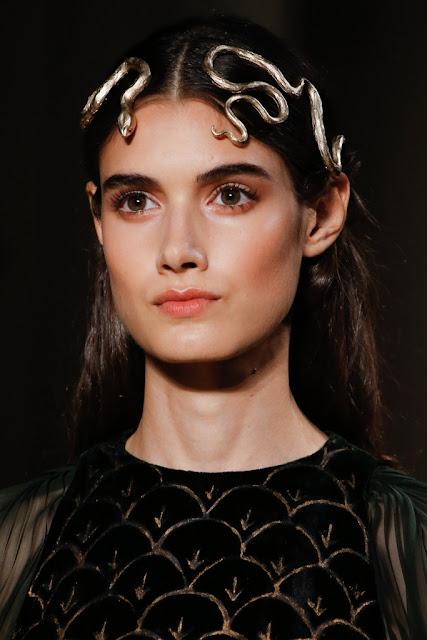 Valentino Alta Costura SS 2016 tendencia complementos diadema romana