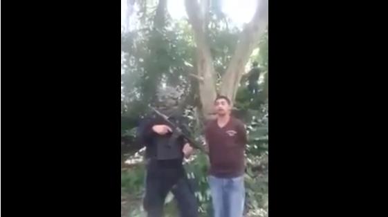 VIDEO; Hijo de tu puta madre...para quien trabajas? Sicario hace confesar a secuestrador en Veracruz