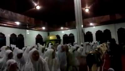Viral! Muncul Video Jamaah yang Lakukan Gerakan Aneh di Dalam Mesjid! Ini Fakta Sebenarnya!