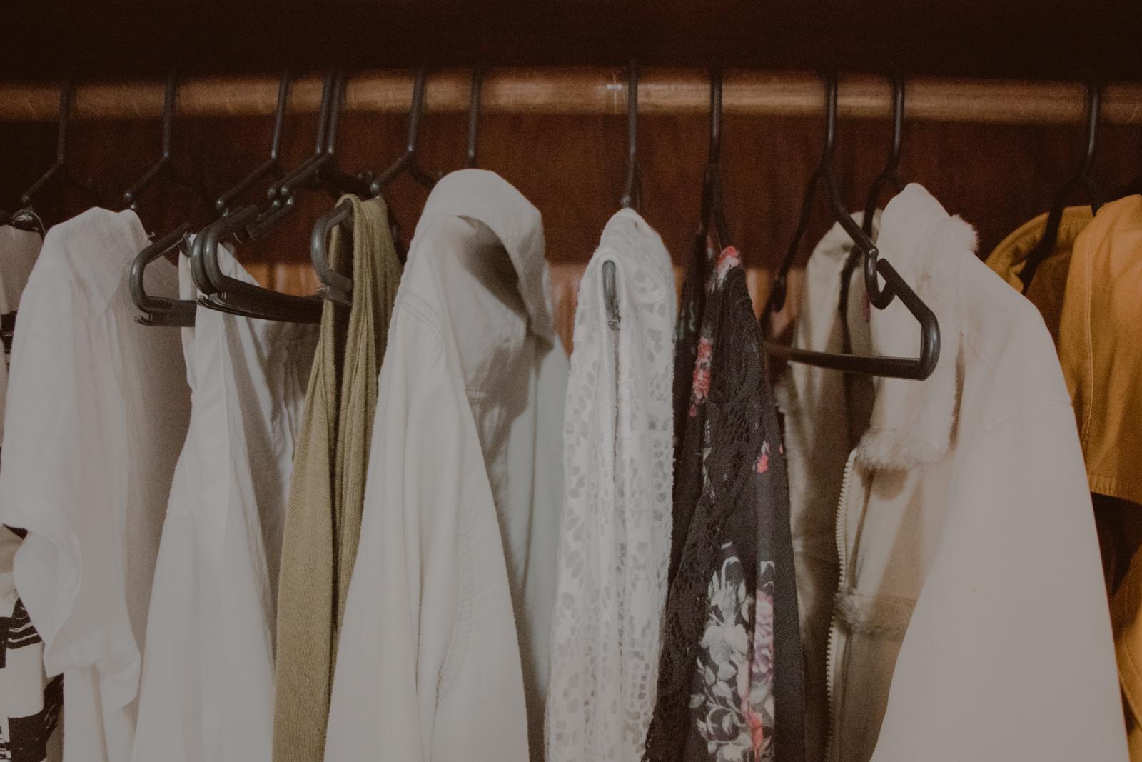roupas penduradas no cabide preto