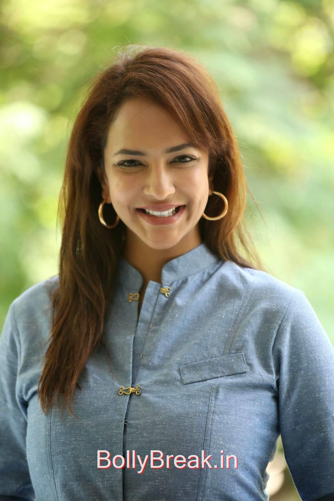 Manchu Lakshmi Pics, Manchu Lakshmi Latest hot Photo Gallery in HD