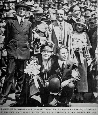 Чаплин в ходе кампании в поддержку Займа Свободы (1918)