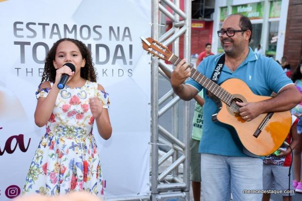 Júlia Costa se apresenta durante o Cidade Lazer na Avenida 29 de Dezembro