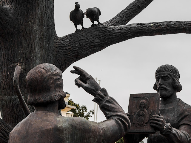 Памятник в честь чудесного обретения в 1295 году иконы Божией Матери «Знамение» Курской-Коренной