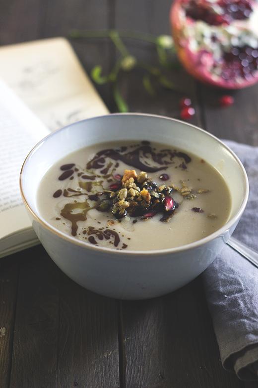 Rezept für Pastinaken-Maronen-Suppe mit herzhafter Granola. Holunderweg18