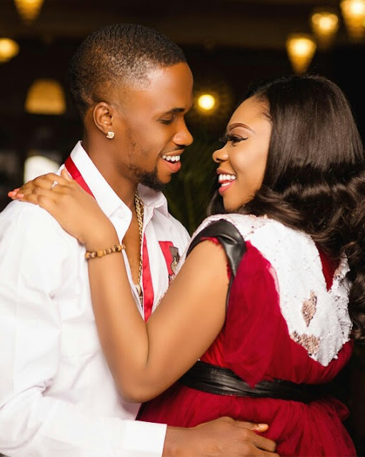 Pretty Lady & Her Fiance Share Cute Pre-wedding Photos