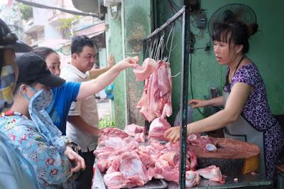 Trong khi giá heo hơi giảm mạnh, giá thịt heo trên thị trường vẫn không giảm - Ảnh: Châu Anh