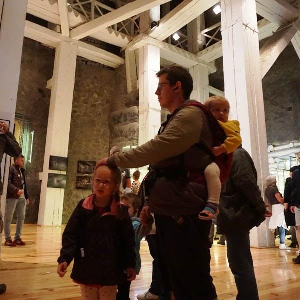 tata z dziećmi w Wieliczce - maluch w nosidle, tata z trójką dzieci zwiedza