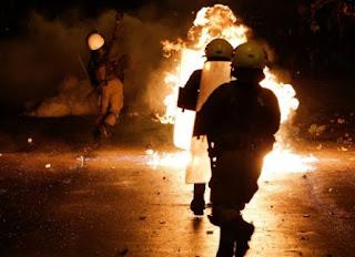 Τώρα: Διαδηλωτές συγκρούστηκαν με δυνάμεις των ΜΑΤ - Μολότοφ και χημικά στα Εξάρχεια [photos]