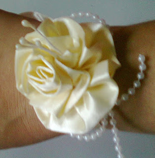 CORSAGE OFF WHITTE