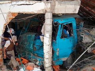BA: Caminhão causa acidente, invade residência e deixa 02 mortos após perder freio