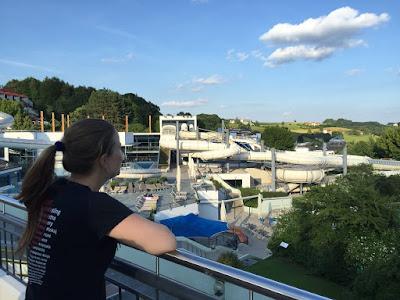 Elena genießt den Ausblick über die Thermallandschaft © diekremserin on the go