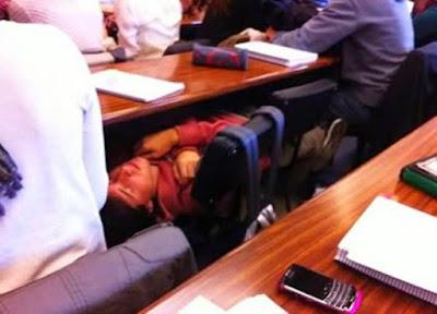 smiješna slika: dječak koji spava u učionici, na školskoj klupi